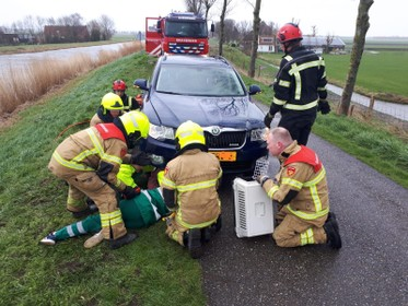 Dierenambulance en brandweer halen kat uit motorblok, bestuurder dacht over flinke hobbel te rijden