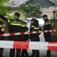 Veel politie bij de overvallen villa.
