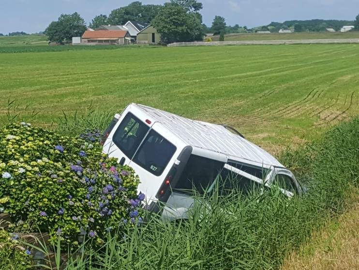 Busje belandt in sloot in Zevenhoven