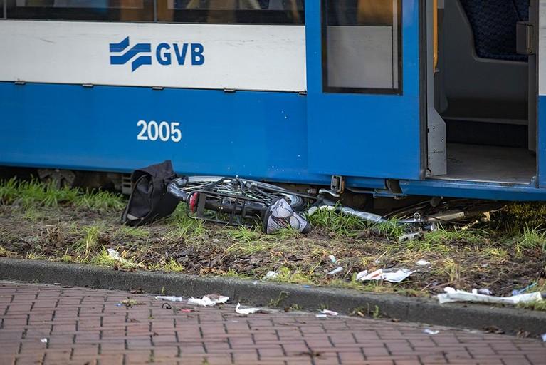 Fietser ernstig gewond na aanrijding met tram in Amsterdam