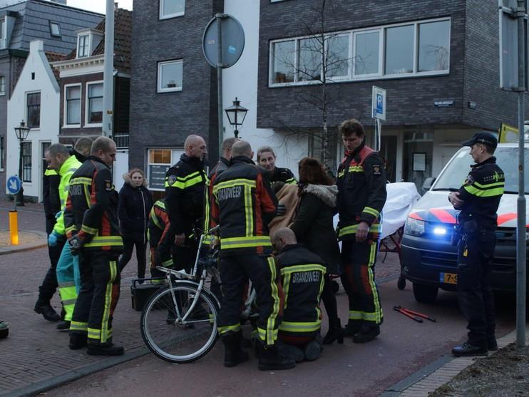 Meisje krijgt voet tussen de spaken en raakt gewond in Leiden