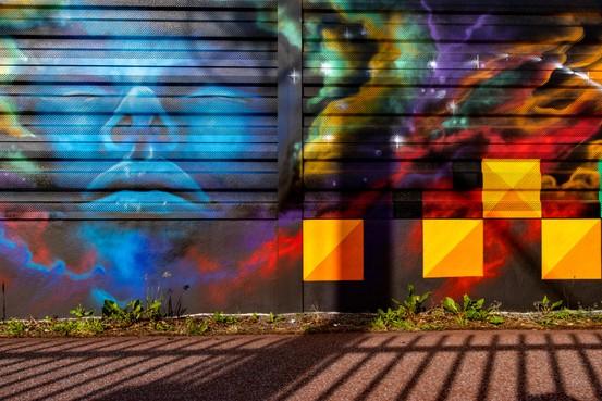 Straatkunst langs het spoor in Hilversum