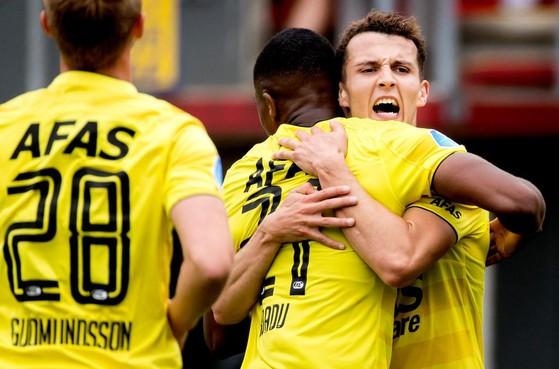 AZ koploper eredivisie na flinke winst op FC Emmen