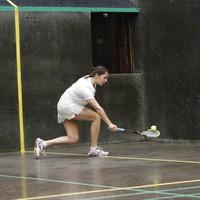 Saskia Bollerman in actie op een real           tennisbaan: ,,Het is mooi om te beseffen dat ze op deze plek in 1500 al speelden.''