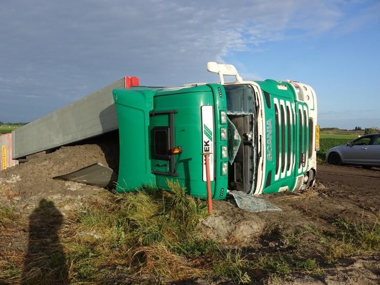 Vrachtwagen kantelt bij werkzaamheden aan N23 in Hoogkarspel