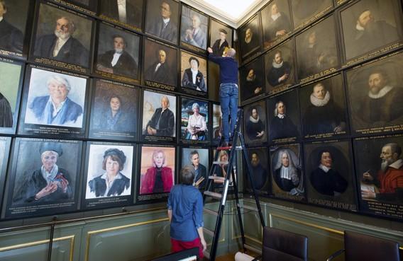 Veertien vrouwenportretten in Senaatskamer van Universiteit Leiden