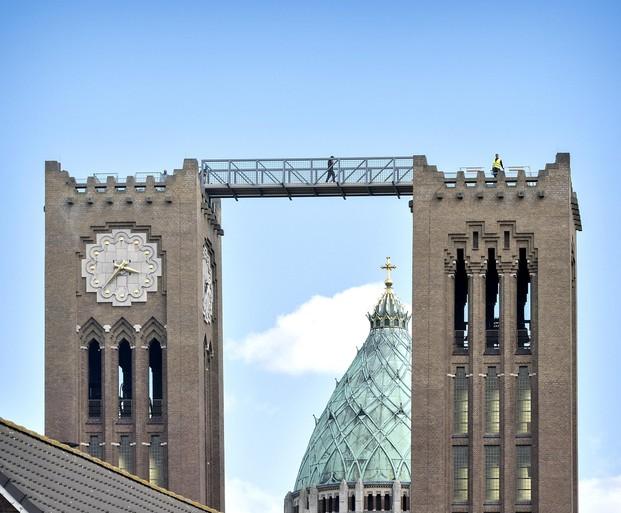 Loopbrug tussen torens Haarlemse kathedraal gehesen [video]