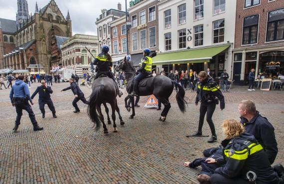 Politie te paard oefent midden in het centrum van Haarlem
