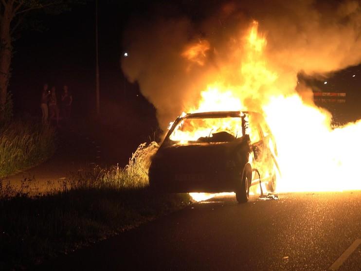 Auto's in vlammen op in Noord-Scharwoude [video]