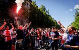 Vuurwerk, Hollandse muziek en veel bier in de Fleminggatan, de stemming zit er 's middags goed in bij de Ajax-supporters.