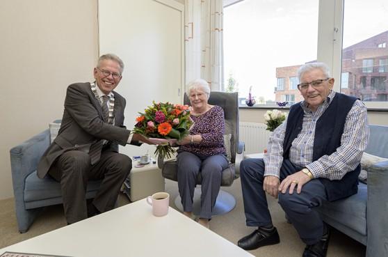 'Ik was benieuwd wat er achter die kraag verstopt zat'; Purmerender Leendert Bonnet (85) zestig jaar getrouwd met zijn Nel (83)