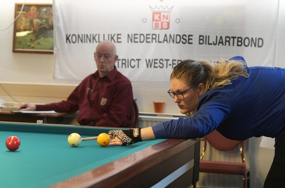 Biljartster Sabine Bakker staat haar mannetje in districtsfinale