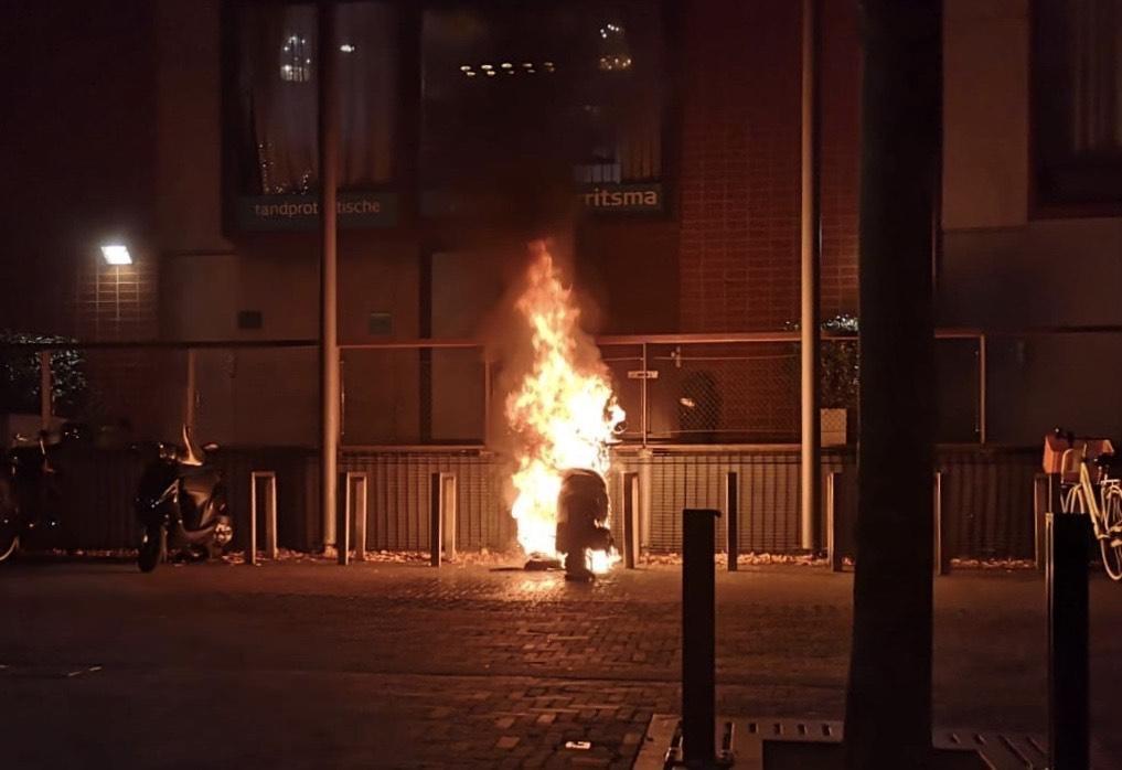 Scooter vat vlam op plein in Hoofddorp - Haarlems Dagblad