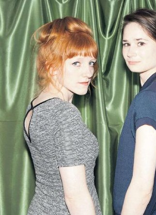 Iona Daniel (links) en Rineke Roosenboom: ,,We laten toeschouwers geloven in iets wat niet waar is.''