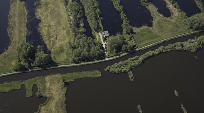 Wethouder Nieuwkoop bouwt huis in natuurgebied, provincie boos