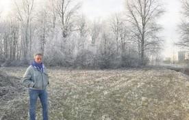Professor Roelof-Jan Oostra op het veld op het terrein van het AMC waar stoffelijke overschotten begraven worden van mensen die hun lichaam hebben afgestaan aan de wetenschap.