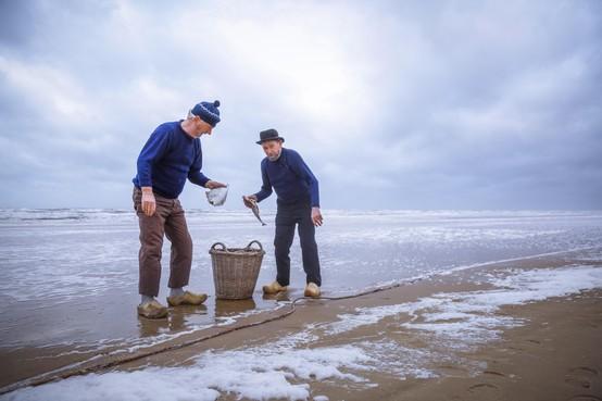 Zestig vrijwilligers werken mee aan het fotoboek Derpers waarvan de opbrengst gaat naar het hospice in Egmond aan Zee