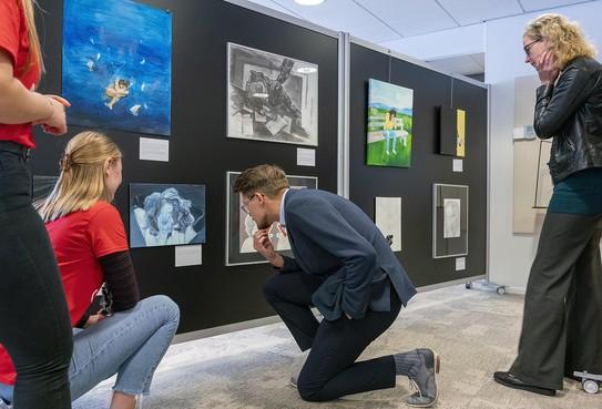 Sebastiaan Groot begeleidt BSG-leerlingen bij Kunst10Daagse-expositie 'Vind ik (niet) leuk' in Bergen