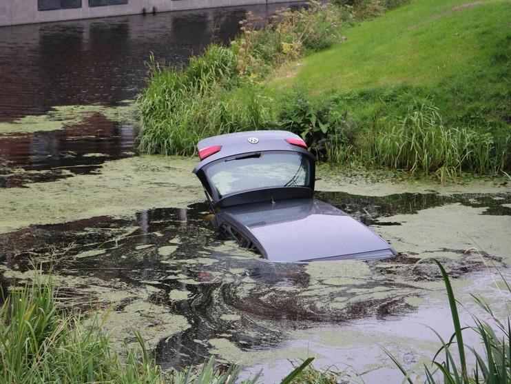 Auto met twee inzittenden te water in Noordwijk