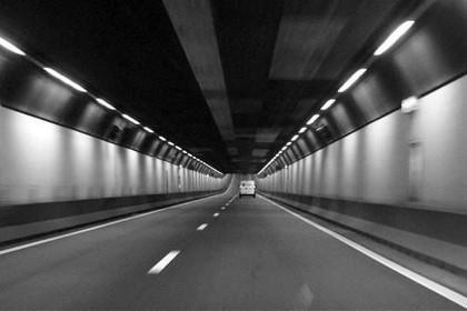 Verkeer rond gemeente Velsen ontregeld door oliespoor in Velsertunnel