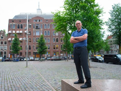 Gerard Kremer voor het gebouw aan de Westermarkt waar hij 22 jaar woonde en waar zijn vader Gerard Kremer sr concierge was.