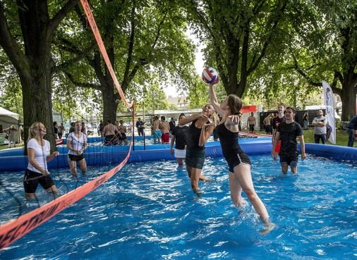 Bij waterbeachvolley op Zomerfestival IJmuiden kun je uit het bad vallen en weer verder spelen