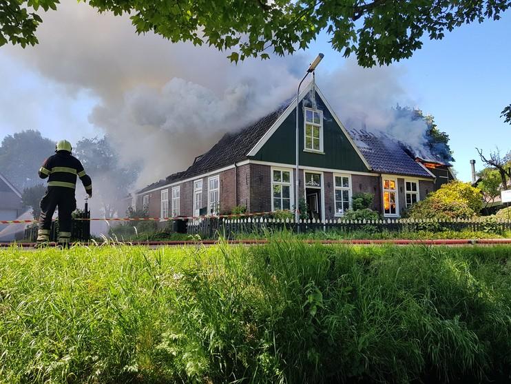 Stolpboerderij Schellinkhout gaat verloren door brand [video-update]