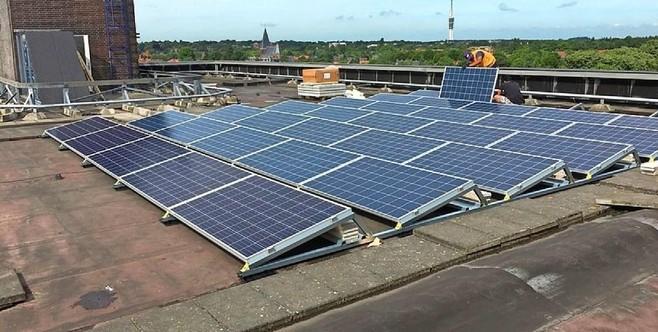 Voetbalclub RKEDO krijgt tachtig zonnepanelen op het dak van de tribune