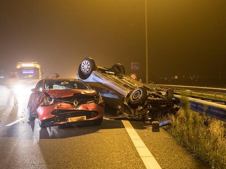 Veel schade bij ongeval op A1 bij Naarden