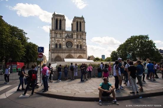 Eerste mis in Notre-Dame sinds brand