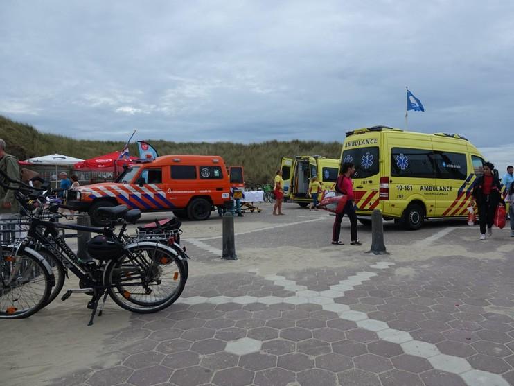Omstanders halen drenkeling uit zee bij Bergen aan Zee