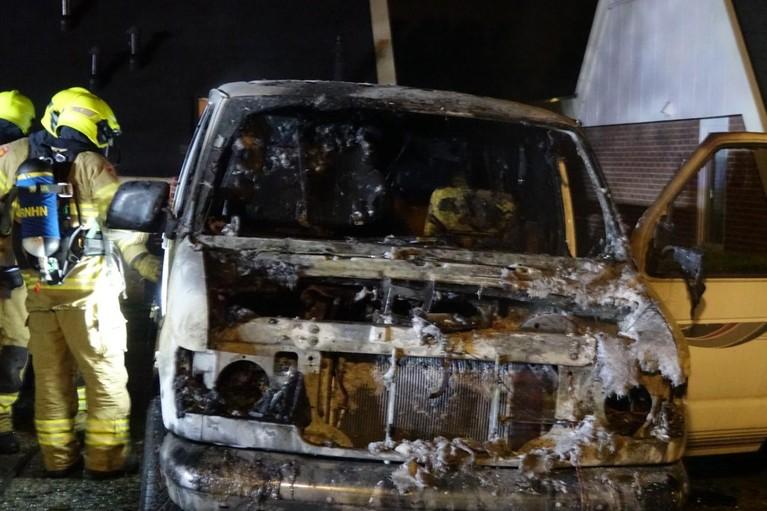 Bestelbus door brand verwoest in Tuitjenhorn