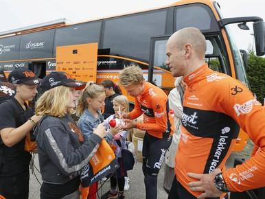 Profwielrenners delen handtekeningen uit op verkeersdag in Anna Paulowna