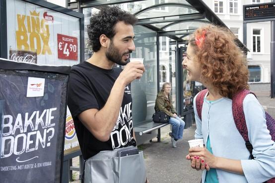 Met vluchteling 'bakkie doen' bij busstation in Zaandam