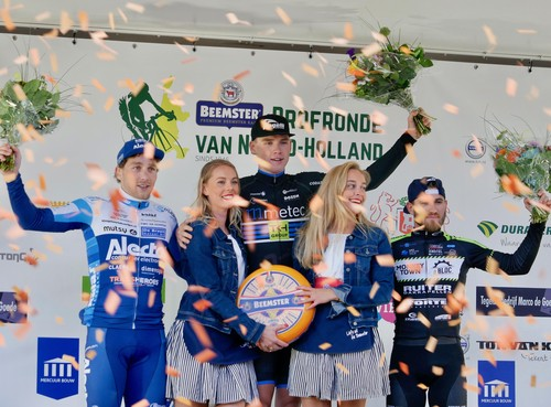 Slagveld op eerste dag van de Ronde van Noord-Holland: veel renners uitgeschakeld voor eindzege [video]