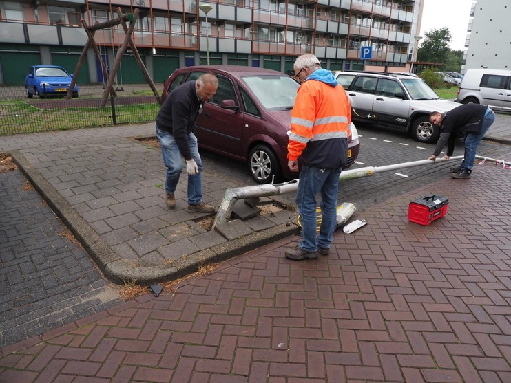 Auto rijdt lantaarnpaal omver in IJmuiden