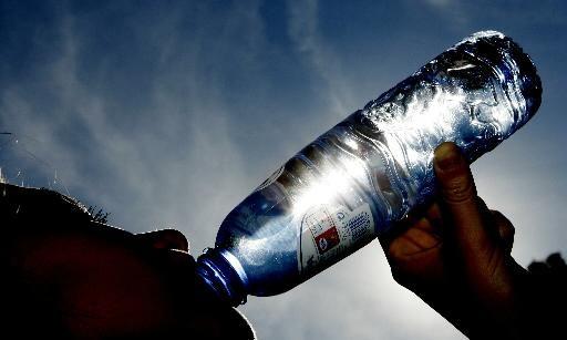 Gratis flesjes water tijdens kermis van Bovenkarspel