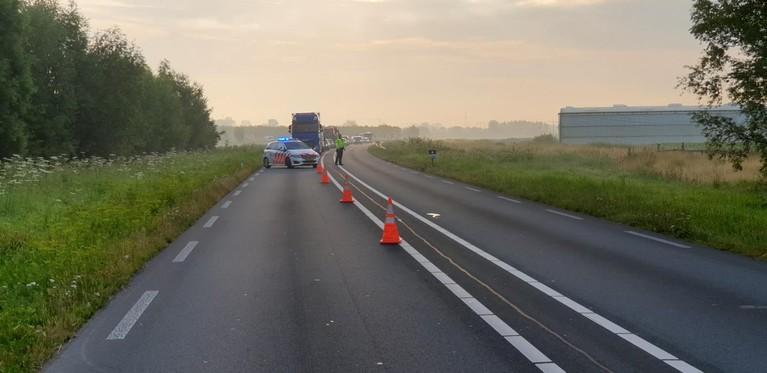 Auto raakt van N242 tussen Oudkarspel en Waarland en komt in sloot terecht
