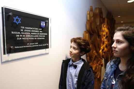 Kinderen onthullen Holocaust-plaquette in Bussums raadhuis