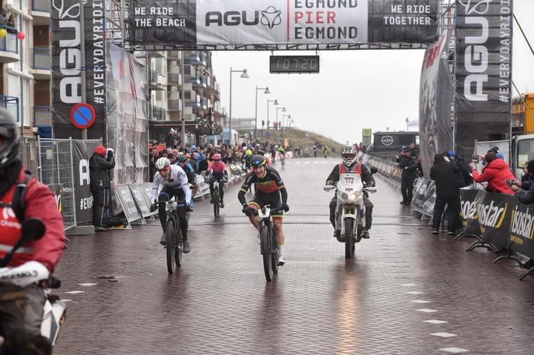 Belg Timothy Dupont en Bergense Rozanne Slik winnen Egmond-Pier-Egmond [video]