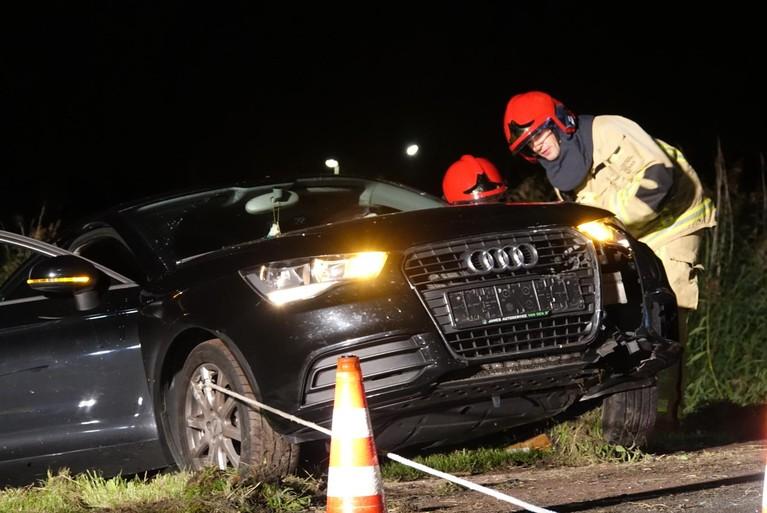 Bestuurder gewond bij botsing tegen lantaarnpaal in Purmerend; auto belandt in sloot