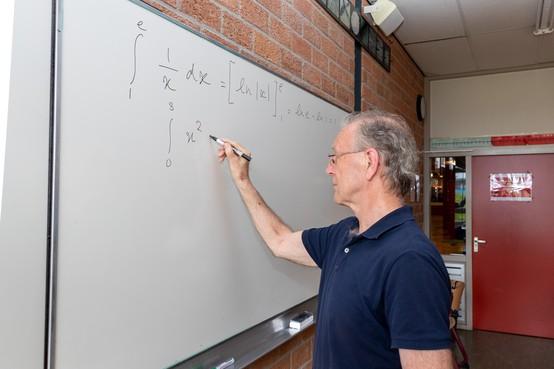 Wiskundeleraar Kees Overtoom gaat na 45 jaar met pensioen