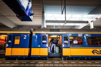 Man (44) uit Den Helder ergert zich in het openbaar vervoer en slaat en schopt er vervolgens op los