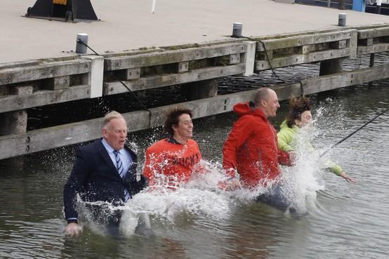 Burgemeester Gooise Meren in pak te water voor het goede doel: 'Het is goed zwemmen in de Vecht'[video]