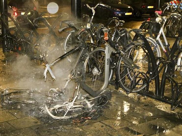 Elektrische fietsen in brand bij station De Vink