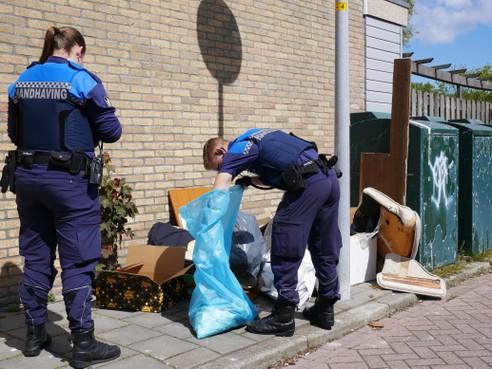 Handhavers in Den Helder hebben de handen vol aan afvaloverlast: 'Hier hebben we een nieuw probleem, er worden hele pannen spaghetti van het balkon gegooid'