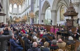 Artiesten en publiek bezingen de jarige koning in de Grote Kerk.