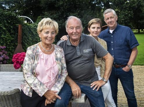 Niet te stoppen: voormalig groenteman Guus Hermans (82) uit IJmuiden verkoopt nu tasjes en sjaals