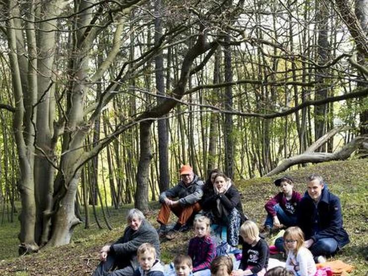 Santpoort Noord - Voorlezen in het bos bij Duin en Kruidberg