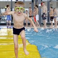 In het zwembad is het altijd feest.